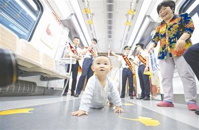 去年9月6日,地铁10号线一期开通运行,一位小宝宝兴奋地在车厢里爬行