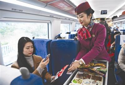 2月11日,阳知涵在G8510次列车上用手机支付购买小吃