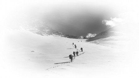 2017年11月10日,来自四川省文物考古研究院的四名女考古员一行,正在翻越九顶山无人区的一座雪山。