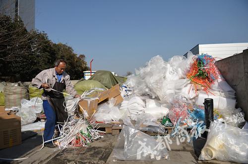 ▲蓝少先在药业公司进行垃圾分拣工作