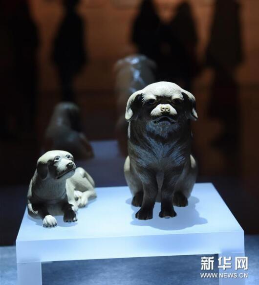 1月5日,清代陶塑狗在展厅展出。新华社记者孙参摄