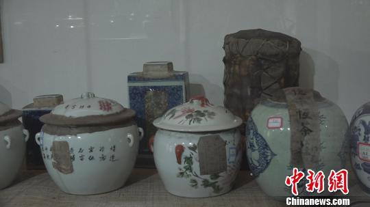 茶叶封锁原装,大多贴有老字号的封条及封存时间的标签。 郭飞颖 摄