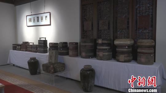 本次展出的茶品包装可谓多种多样,有瓷器、陶器、紫砂器、玉器、木器、竹器、铜器、银器、柳条、浦叶、漆器、皮、纸等多种材质。 郭飞颖 摄