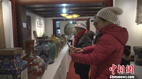 700余件晋商老字号茶品吸引众多民众前来观看。 郭飞颖 摄