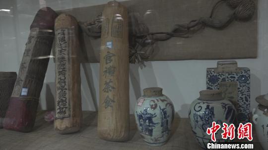 本次展览的展品涵盖了山晋茶庄、天顺祥茶庄、乔记茶庄等近二百家山西老字号。 郭飞颖 摄