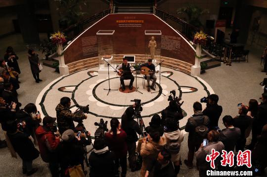 纯正的希腊传统音乐演奏在上海博物馆大堂上演。 张亨伟 摄