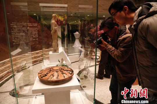 """1月10日晚,展览""""典雅与狂欢:来自雅典卫城博物馆的珍宝""""在上海博物馆开幕。 张亨伟 摄"""