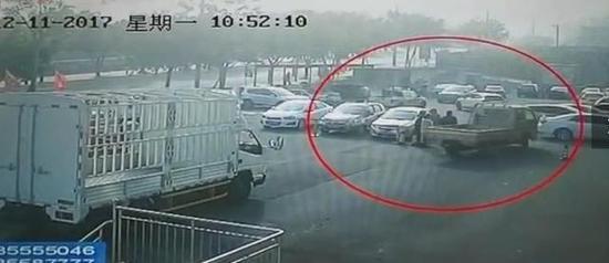 男子将小货车开走时的监控视频截图