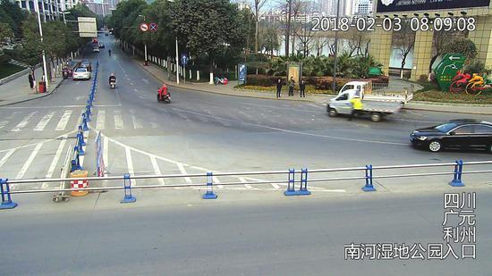 男子冲卡拖行交警。(视频截图)