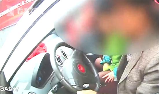 交警拖违法车辆 女子撒泼阻拦