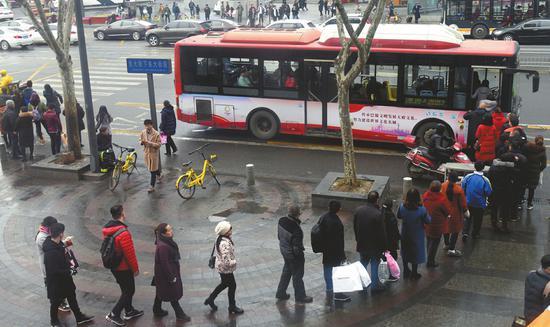 排队上公交,已成为成都的一道风景线。