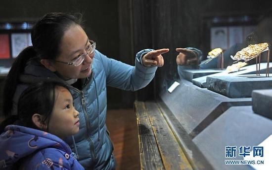 1月7日,观众在参观首饰精品展。 新华社记者 万象 摄 图片来源:新华网