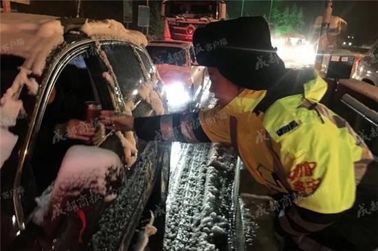 高速执法人员给司机倒热水 雅康高速公司供图