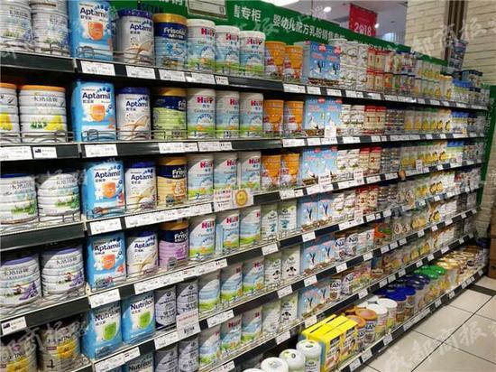 ▲目前只有少数奶粉品牌的新包装上标注了配方注册编号