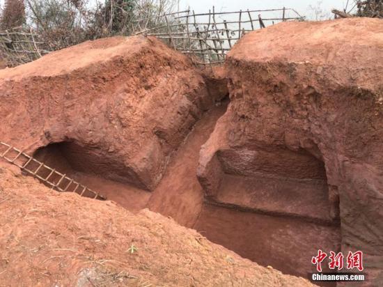 图为一座比较大的崖墓。 贺劭清 摄