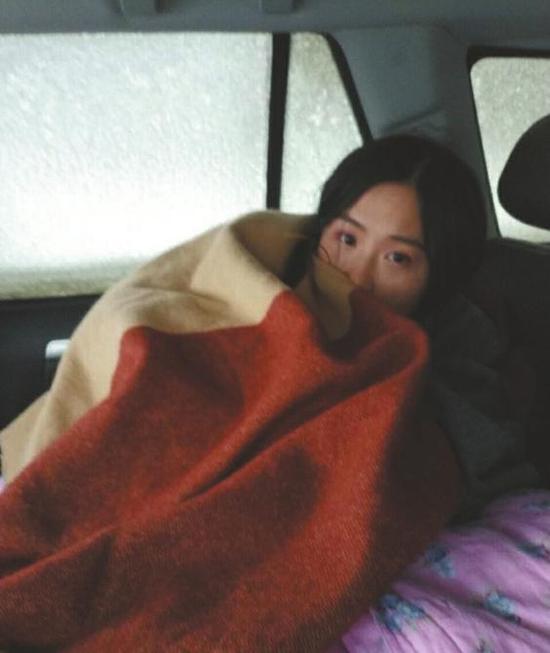 被困车中,男朋友给她拍的照片。