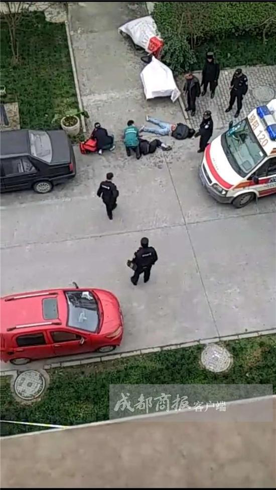 医护人员正在抢救伤者(左),行凶者(右)已被警方控制