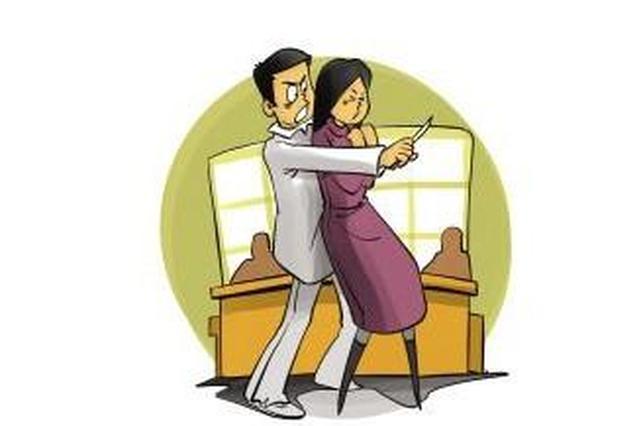 泸州男子不愿分居持刀劫持妻子 民警徒手夺刀解救人质