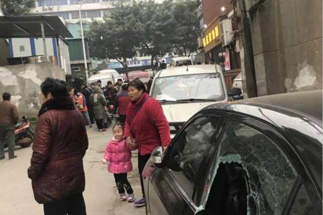 宜宾街头10余辆车玻璃半夜被砸 男子自首后说出原因