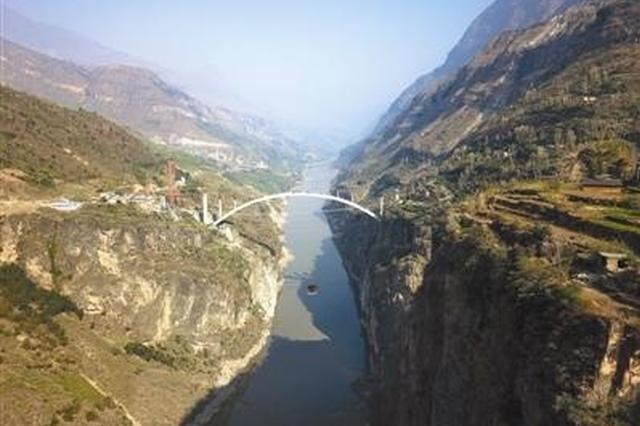 溜索下游500米处,冯家坪金沙江溜索改桥工程正在施工。