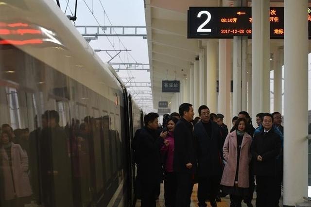 西成客专开通一个多月一票难求 川北客运班车骤减