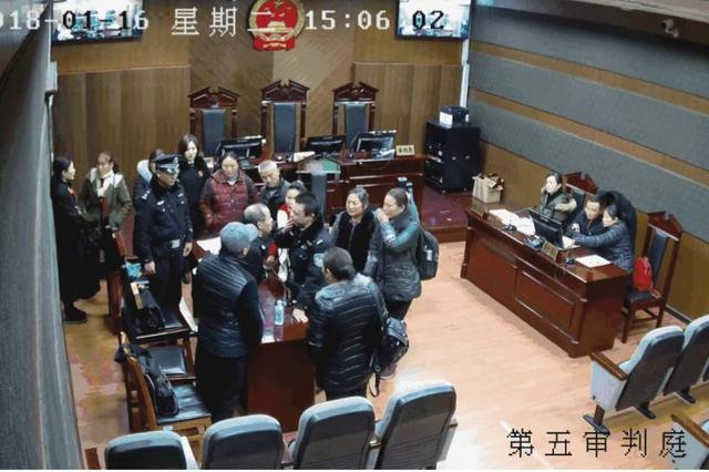 法庭上辱骂掐打法警还吐口水 乐山两人被拘留