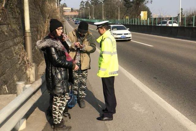 两名外国游客欲从高速徒步至泸州 高速交警劝离