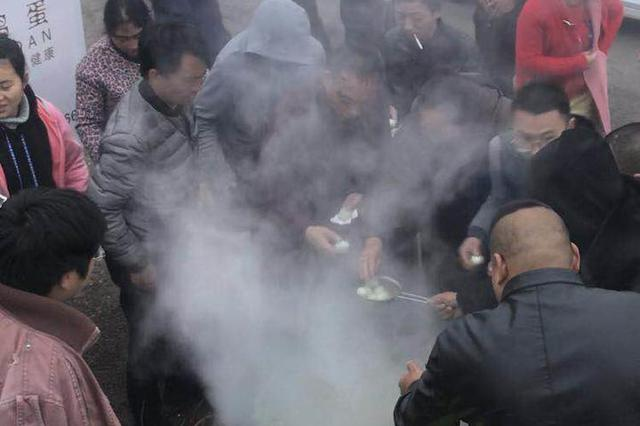 国道108线泥巴山上堵车 汉源村民煮2千多个鸡蛋免费送