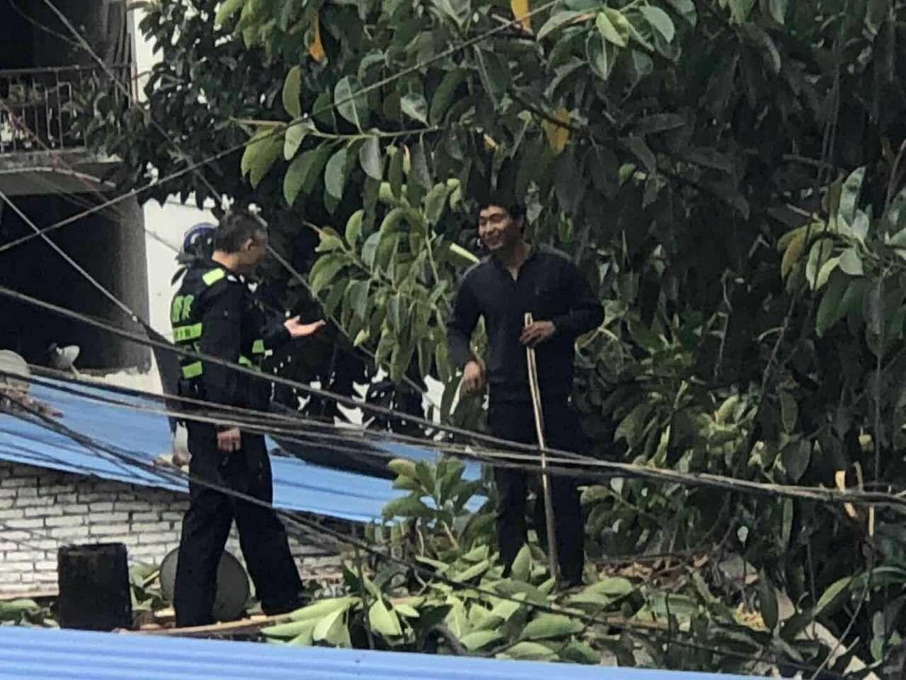 男子挥舞木棒要跳楼 20米高楼边民警用身体铸人墙