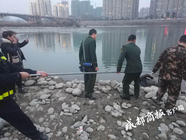 绵阳市民钓鱼发现男尸头被蒙住 目击者称已漂浮三天