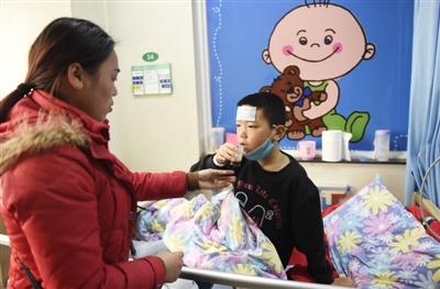白血病少年获捐5万 千张零钞张张是大爱