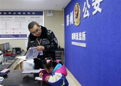 彭州留守女孩做作业求助派出所 民警当起临时老师