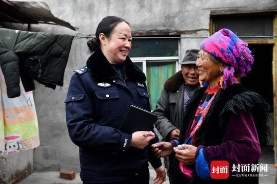 是母亲还是老乡的后盾?一位四川山区女警的多重角色