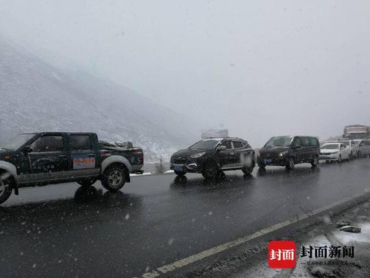 康定下雪溜溜的滑 交警提醒:过境小车请带好防滑链