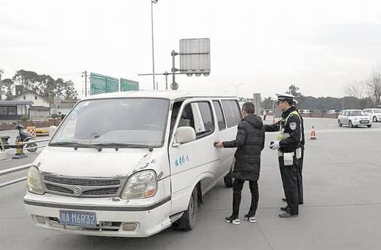 保障道路安全 成都交警7个春节坚守岗位