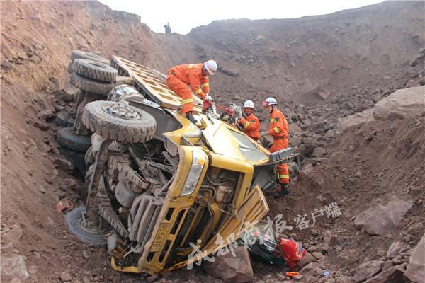 达州重卡掉下土坡 司机下半身被卡变形驾驶室被救出