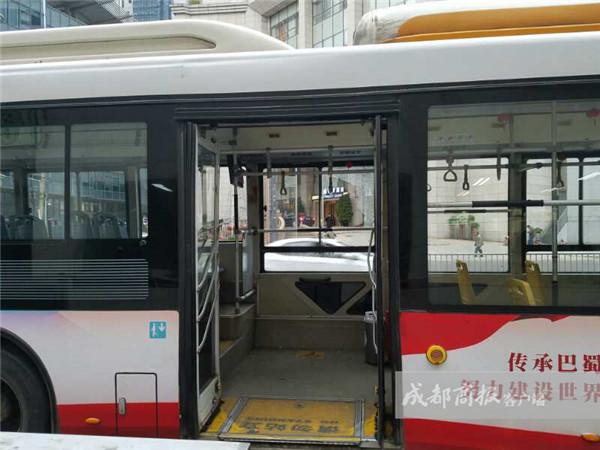 网传成都公交抖碎窗玻璃 专家或因内外温差大引起