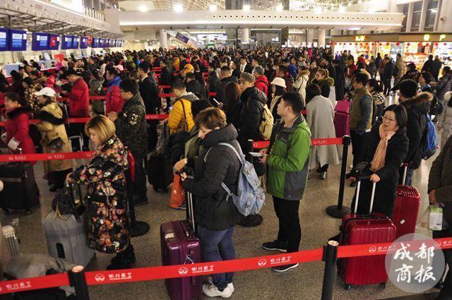 成都机场迎返程客流高峰 飞北上广深3天内无票