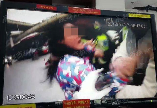 丈夫左转弯未打灯被罚100元记1分 女子抓伤成都民警