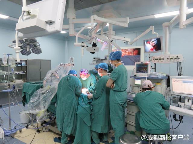 晚期肿瘤包围气管男子命悬一线 医生手术12小时挽回生命