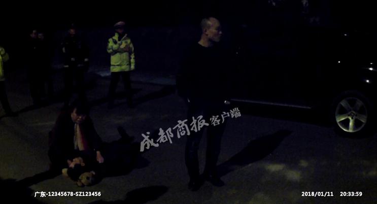 广安宝马男开远光灯被罚 把父亲拖到路中间阻碍执法