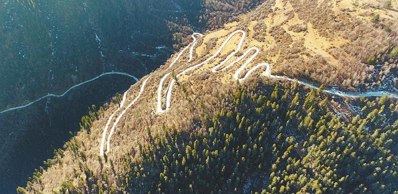 四川甘孜州雀儿山天堑变通途 高原小村庄有了二环路