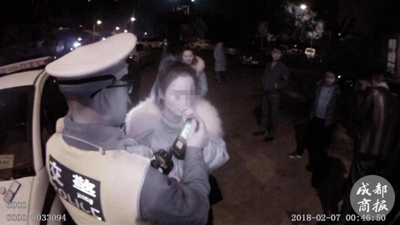 绵阳女子深夜酒驾被查 假吹气试图逃避处罚