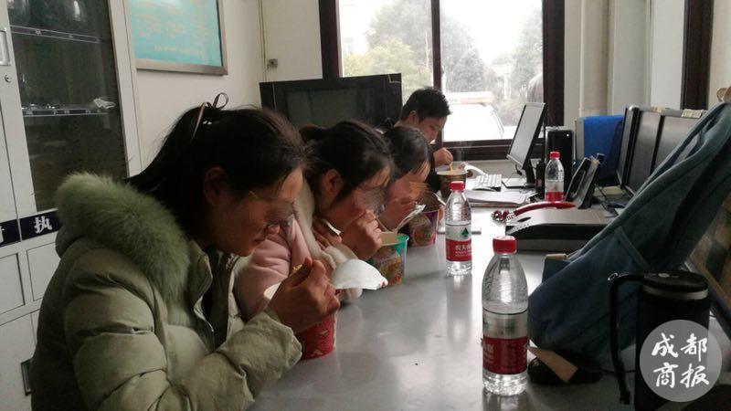 绵竹3女生初一登高被困深山 30余名民警4小时紧急救援