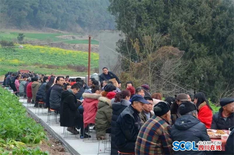 致富不忘乡邻 德阳中江村民摆桌宴请乡亲同吃团年饭