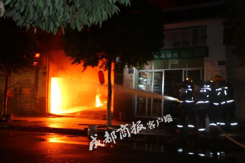 广元一修理厂燃起熊熊大火