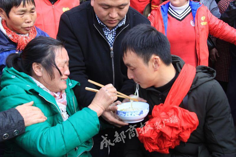 宜宾男子被拐25年后回家 母亲边哭边喂他吃团圆面