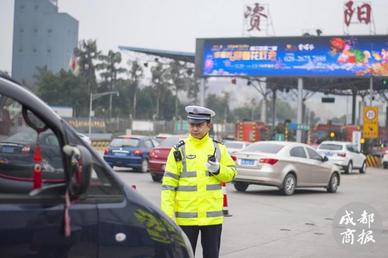 资阳女司机开车把包掉落街头 执勤民警20分钟找到她
