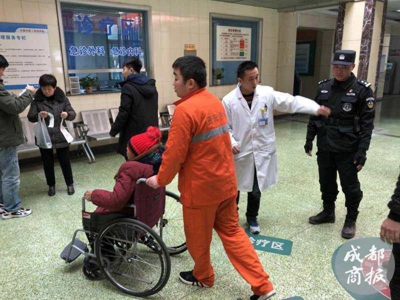 六旬老太晕倒公园厕所边 资阳特警开道10分钟送医