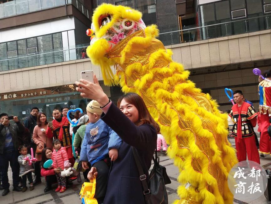 龙腾狮舞闹新春 龙泉驿区传统民俗表演演绎浓浓年味儿